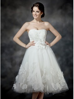 A-Line/Princess Sweetheart Tea-Length Tulle Wedding Dress With Ruffle Lace Beading Flower(s) Bow(s)