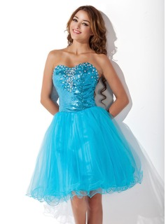 A-Line/Princess Sweetheart Knee-Length Tulle Sequined Homecoming Dress With Beading