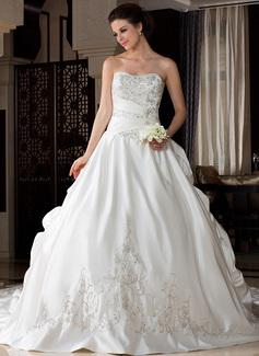 Corte de baile Escote corazón Tren real Satén Vestido de novia con Bordado Volantes Bordado