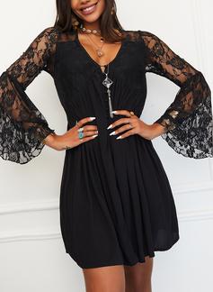 Encaje Sólido Cubierta Manga Acampanada Manga Larga Mini Pequeños Negros Elegante Vestidos de moda