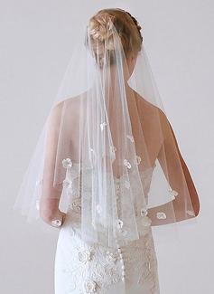 2 couches Bord de coupe Voile de mariée longueur bout des doigts avec Motif appliqué