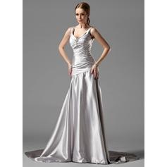 Forme Princesse Col V Traîne moyenne Charmeuse Robe de soirée avec Plissé Broche en cristal