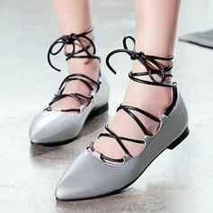 Kvinnor Konstläder Flat Heel Sandaler Platta Skor / Fritidsskor Stängt Toe med Bandage skor (086119360)