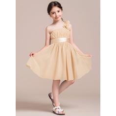 A-Linie/Princess-Linie Eine Schulter Knielang Chiffon Kleid für junge Brautjungfern mit Rüschen Blumen Schleife(n)