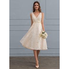 A-Linje V-ringning Knälång Spets Bröllopsklänning med Rosett/-er