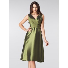 A-Line/Princess V-neck Knee-Length Taffeta Bridesmaid Dress With Ruffle Bow(s)