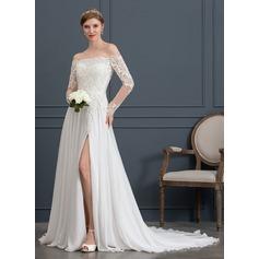 Coupe Évasée Hors-la-épaule Traîne moyenne Mousseline Robe de mariée avec Brodé Paillettes Fendue devant