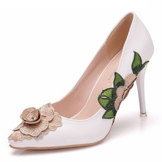 Women's Leatherette Spool Heel Closed Toe Pumps With Flower (047192733)