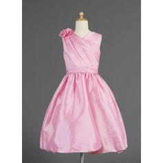 A-Line/Princess Knee-length Flower Girl Dress - Taffeta Sleeveless V-neck With Ruffles/Flower(s)