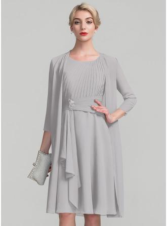 A-Linie U-Ausschnitt Knielang Chiffon Kleid für die Brautmutter mit Perlstickerei Gestufte Rüschen