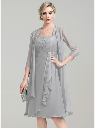 A-Linie Rechteckiger Ausschnitt Knielang Chiffon Kleid für die Brautmutter mit Kristalle Blumen Brosche Gestufte Rüschen
