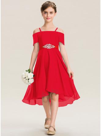 A-linjainen Off--Shoulder Epäsymmetrinen Sifonki Nuorten morsiusneito mekko jossa Helmikoristelu Rusetti