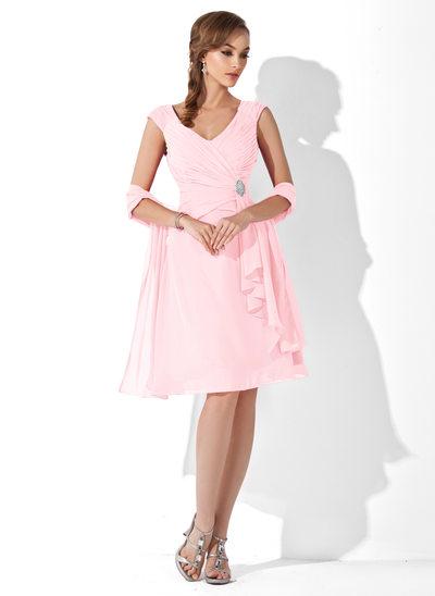 A-Linie/Princess-Linie V-Ausschnitt Knielang Chiffon Kleid für die Brautmutter mit Kristalle Blumen Brosche Gestufte Rüschen