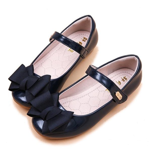 Mädchens Round Toe Geschlossene Zehe Lackleder Flache Ferse Sandalen Flache Schuhe Blumenmädchen Schuhe mit Bowknot Klettverschluss