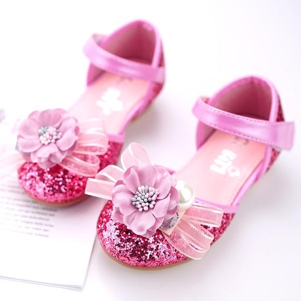 Mädchens Round Toe Geschlossene Zehe Leder funkelnden Glitter Flache Ferse Flache Schuhe Blumenmädchen Schuhe mit Klettverschluss Blume