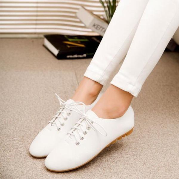 Kvinnor PU Flat Heel Platta Skor / Fritidsskor Stängt Toe med Bandage skor